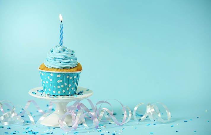 Ein Muffin mit Geburtstagskerze