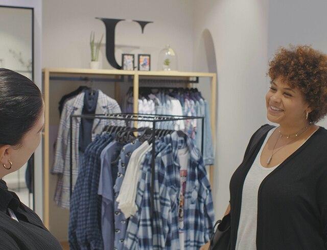 Influencerin Tanya trifft eine Mitarbeiterin zu einem vereinbarten Termin.