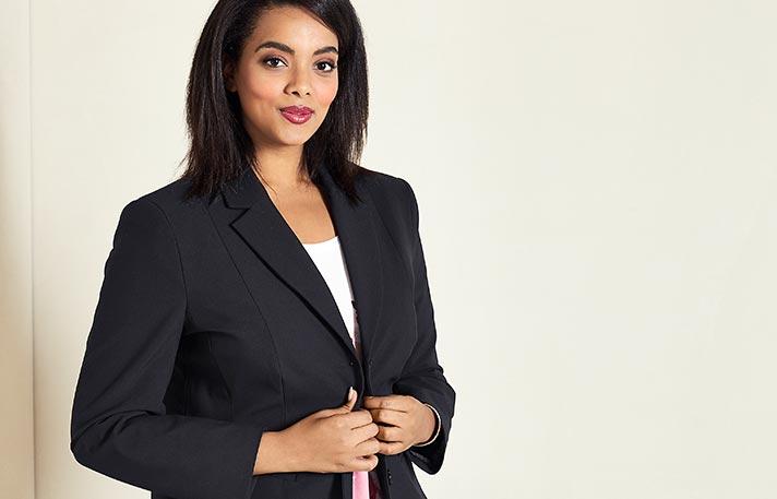 Eine Frau in Businesskleidung