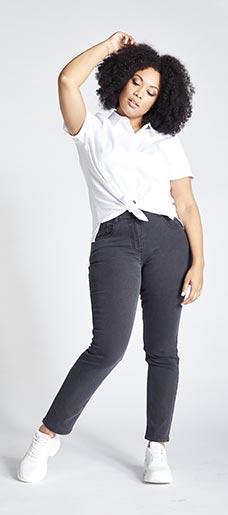 Eine Frau in Ulla Popken Skinny Jeans