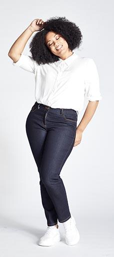 Eine Frau in Ulla Popken Slim Jeans
