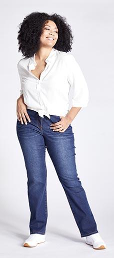Eine Frau in Ulla Popken Straight Jeans
