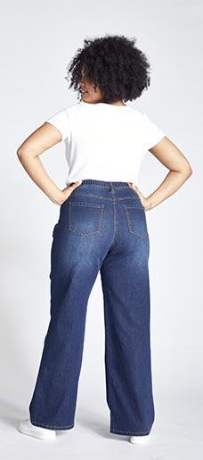 Eine Frau in Ulla Popken Wide Leg Jeans