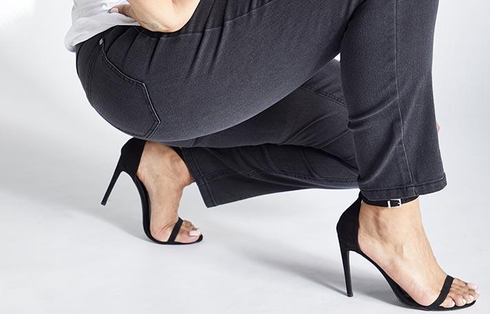 Bild einer Ulla Popken Skinny Jeans an den Beinen einer Frau