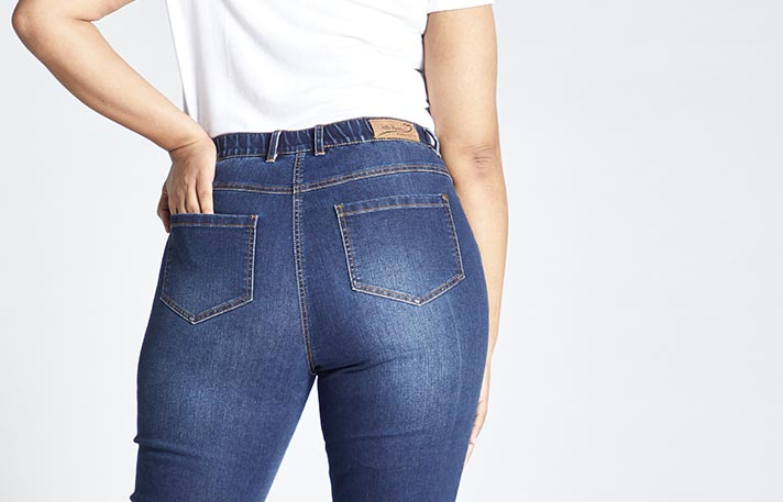 Eine Ulla Popken Slim Jeans getragen von einer Frau