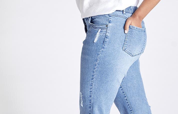 Eine Ulla Popken Straight Jeans getragen von einer Frau