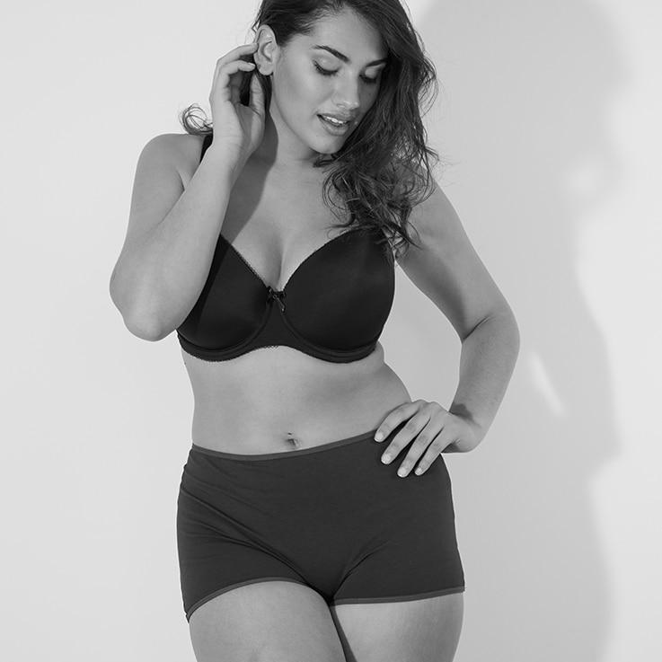 Eine Frau trägt einen Panty