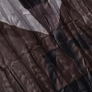 Detailaufnahme von Crash-Optik an einem Kleidungsstück von Ulla Popken