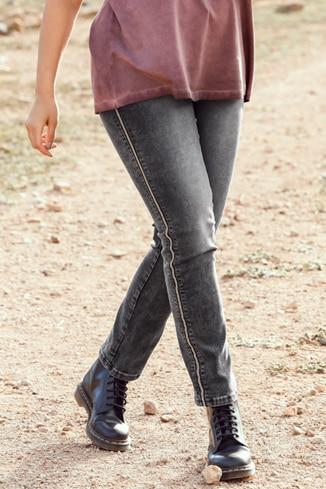 Jeans in Grau mit silberner Paspel